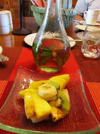 Mountain Song Inn: Fresh fruit with homemade mint syrup was the highlight of my stay!