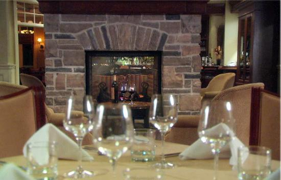 Sweetwater Restaurant & Bar: Warm up by the fireplace, drink in hand