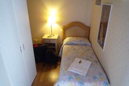 Ca dei Fuseri B&B: outdated headboard, but large closet kept luggage and belongings
