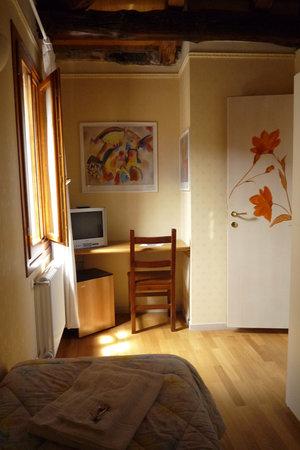 Ca dei Fuseri B&B: desk, chair, tv and mini fridge were all helpful