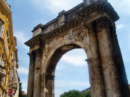 Пула, Хорватия: Pula Triumphbogen Sergei