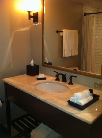 The Oliver Hotel: bathroom, queen room #304