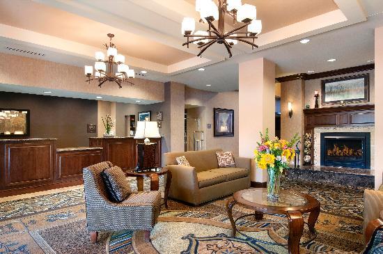 هوم وود سويتس باي هيلتون سان لويس بارك: Cozy comfort of home each visit beside our fireplace and warm welcome from our staff