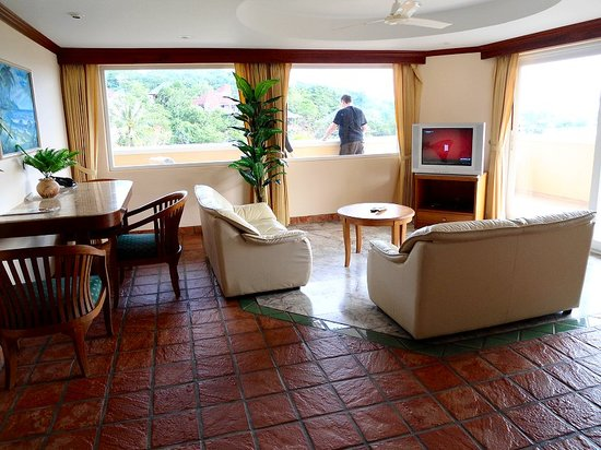 Pacific Club Resort: the roomy lounge in 2 bedroom suite