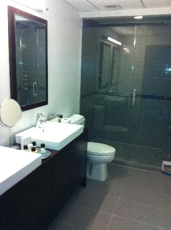 Hotel Deco XV: Great bathroom w/ amazing shower.