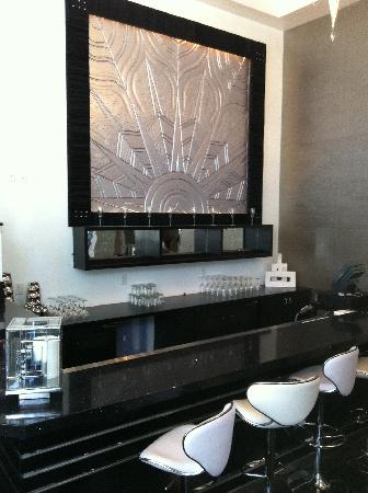 Hotel Deco XV: Very sleek retro lobby bar.