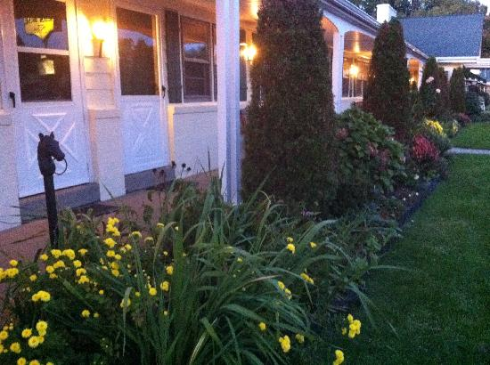Glass House Inn: Beautiful Landscaping