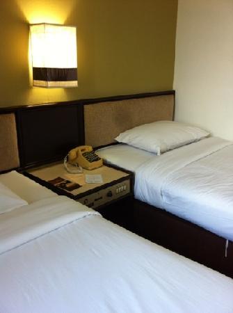 Holiday Garden Hotel: ห้องเตียงคู่