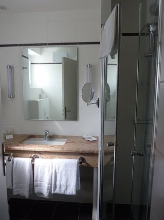 Best Western Hotel D'Angleterre: Bathroom with lots of light