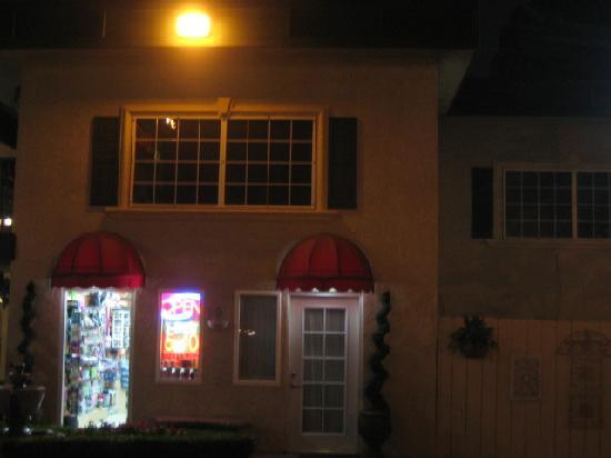 Quality Inn & Suites - Anaheim Resort: 敷地内の小さなお土産屋さん