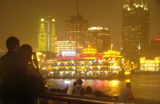 โอเรียนทอล ริเวอร์ไซด์ บันด์ วิว โฮเต็ล: View from a few minutes walk from the hotel at night