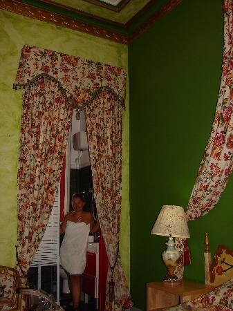 Eddy's Guest House Barcelona: Shower curtains for.