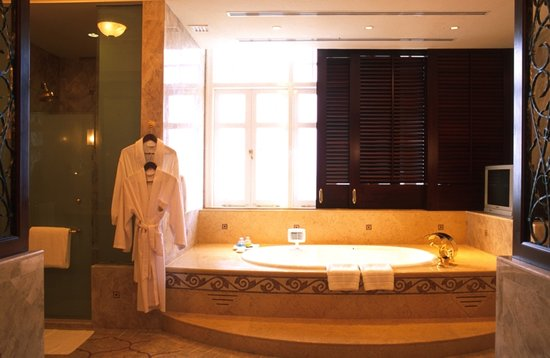 Eastern & Oriental Hotel: Suite Bathroom