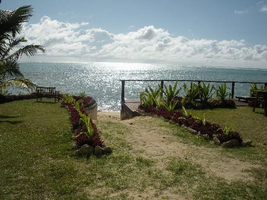 Muri Beach Resort: walkway down to the beach
