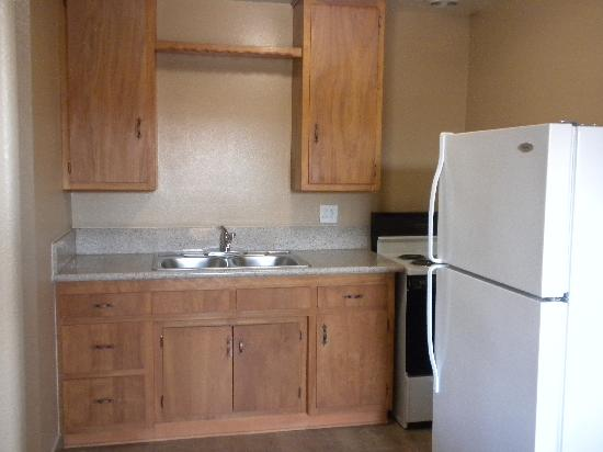 Cloud 9 Motel: Room with kitchen, fridge, stove, and sink