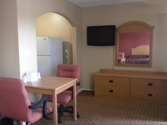 Cloud 9 Motel: Dresser, flat-screen tv, table