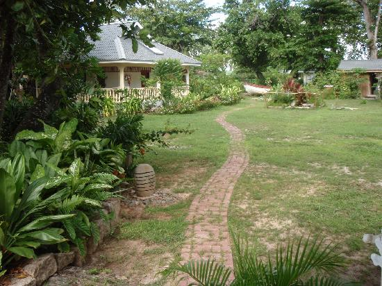 Domaine les Rochers Apartments & Bungalows: extérieur et jardin