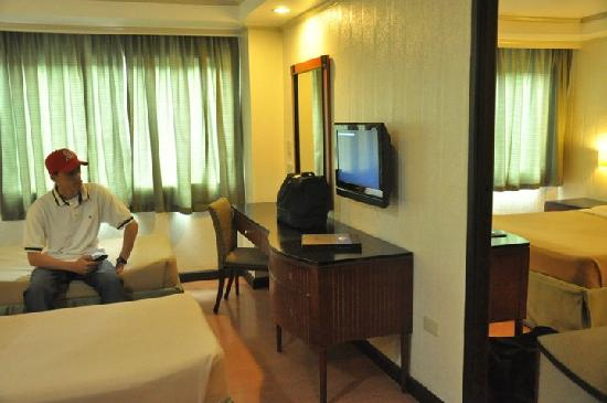 Fersal Hotel Neptune Makati: flat screen tvs - thank god