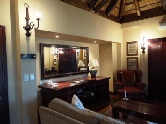 Living room and writing desk - Picture of Lion Sands - Tinga Lodge ...