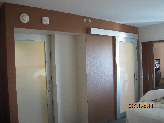 SpringHill Suites Las Vegas Convention Center: washroom that is next to the bed