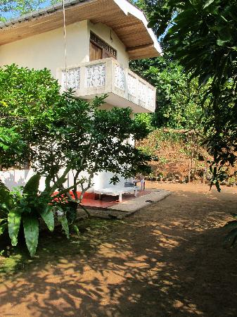 Charlot Home Stay: House & Garden