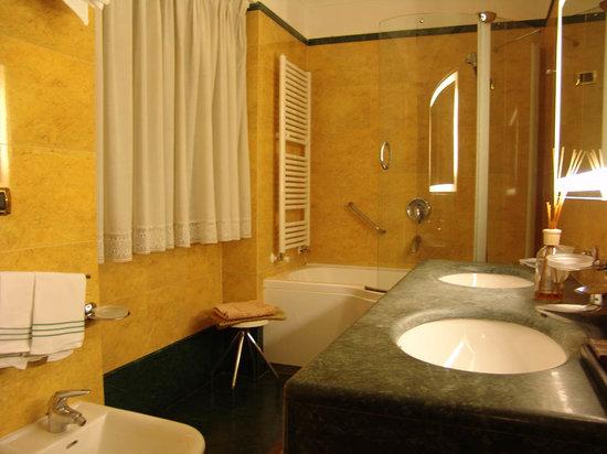 Hotel Forum Pompei: Bathroom