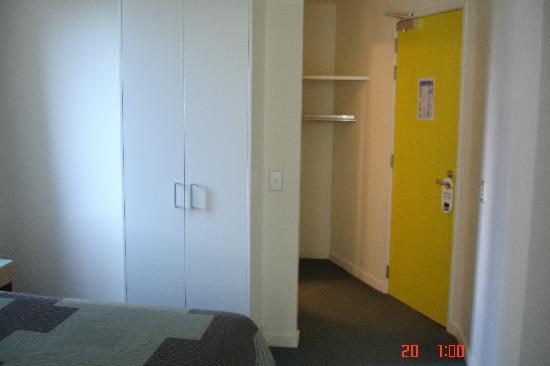 Astelia Apartment Hotel: Wardrobe/Entry