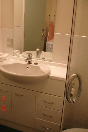 Astelia Apartment Hotel: Bathroom vanity