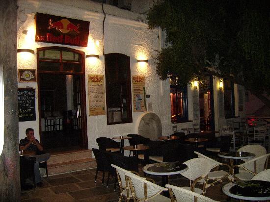 فيلا ماتا بينشن: IOS - petite place avec bars à CHORA