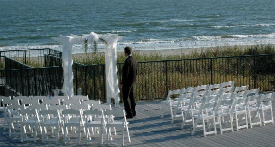 Islander Inn: Ceremony on the deck at The Isles Restaurant