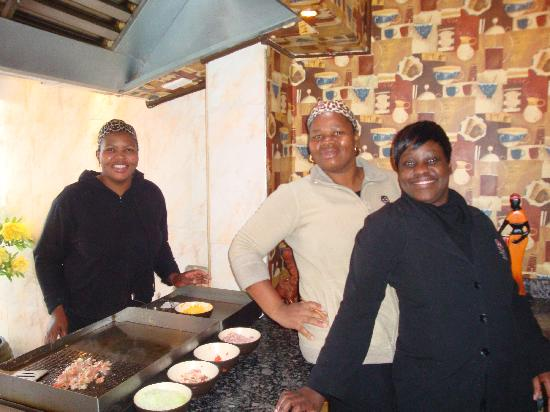 Africa Centre Airport Leisure Hotel & Guest Lodge: Breakfast is fun!!