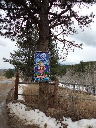 Shoshoni Yoga Retreat : sign along road as you enter
