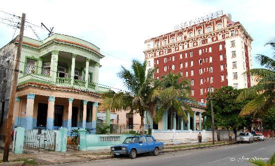 Hotel Roc Presidente: Vue de l'hôtel et l'école primaire à l'avant plan