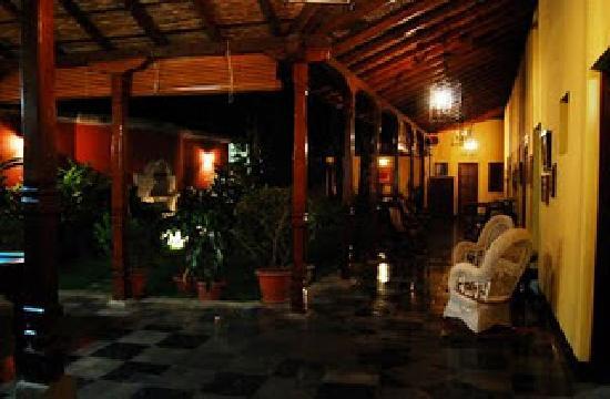 Hotel Casa Robleto: Vista al interior con jardin interno