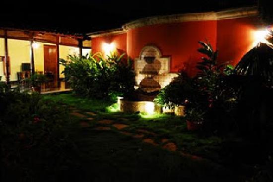 Hotel Casa Robleto: Vista desde  el interior con jardin interno