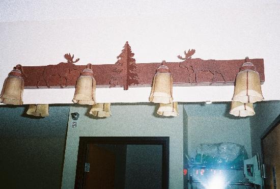 Kelly Inn West Yellowstone: Moose lighting over the vanity