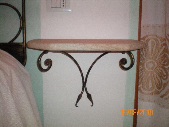 comodino marmo e ferro battuto - Foto di Resort Cala di Falco ...