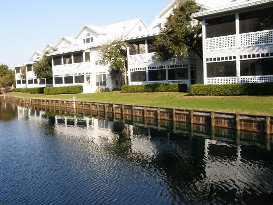 Hidden Dunes Beach & Tennis Resort: Villas on the lake in Hidden Dunes.
