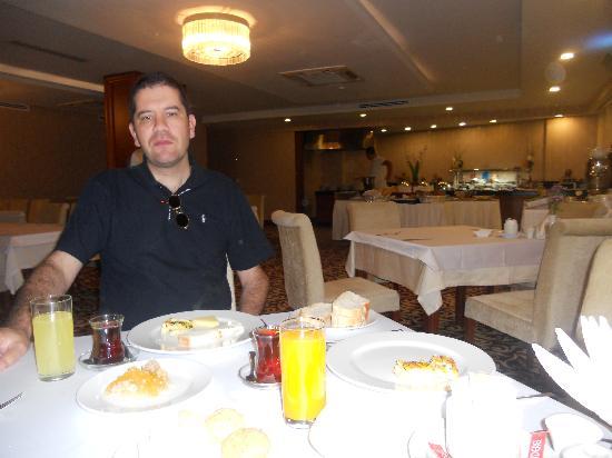 Tugcu Hotel: Petit-déjeuner à l'hotel