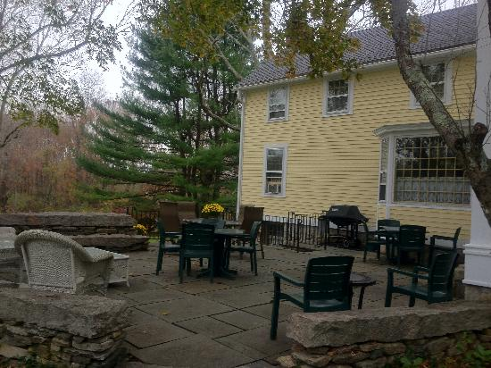 Stonecroft Country Inn: Outside patio - too bad weather wasn't nicer