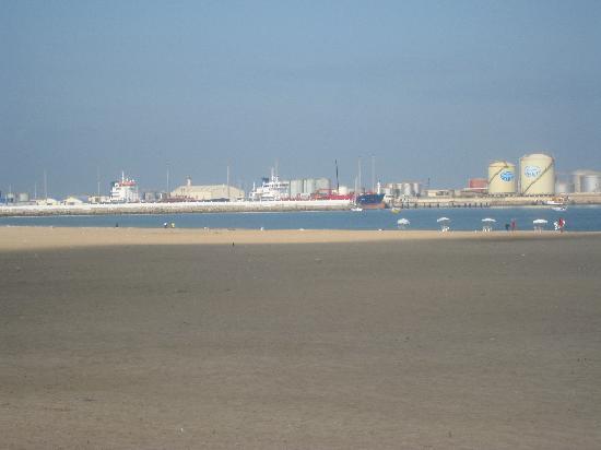 Mohammedia, Morocco: Spiaggia con vista su Petrolchimica