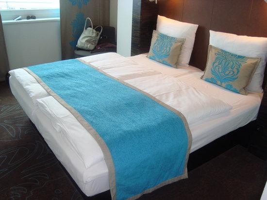 Motel One Berlin-Tiergarten: Our hotel room