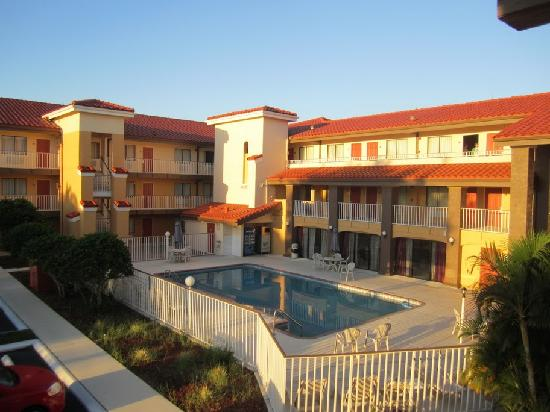 Quality Inn & Suites By The Parks: Exterior, pool area