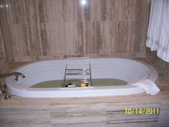 The Seagate Hotel & Spa: Bathroom jacuzzi tub