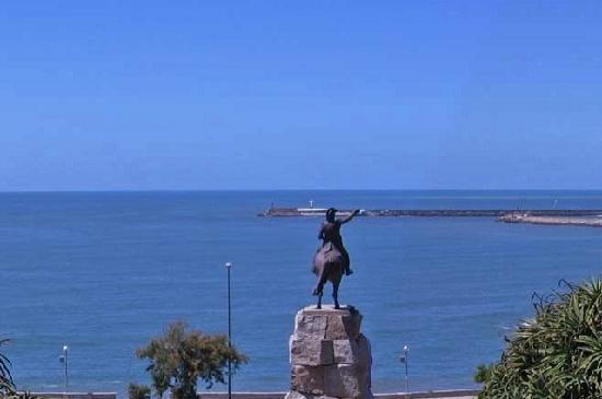 Parque Gral San Martin: Desde el parque ,vista al  mar,al fondo el cristo.