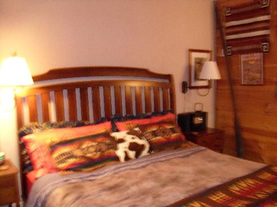 WhistleWood Farm Bed and Breakfast: Cozy bed!