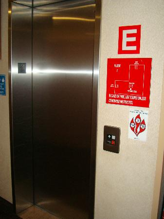 Howard Johnson Inn Jamaica JFK Airport NYC: ELEVATOR