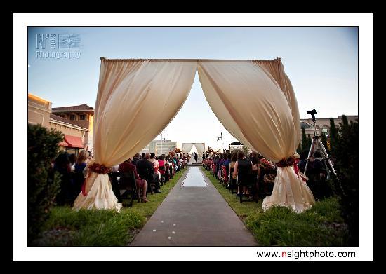 The Westin Huntsville: Outdoor wedding in the fabulous courtyard