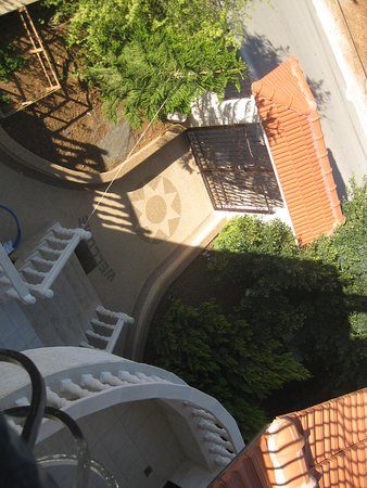 Khouriya Family Guesthouse: View from one balkonee down to entrance
