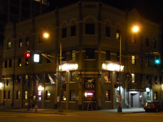 Ocean Island Inn / Backpackers / Suites: The building at night